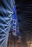 Dubai, UAE - 01/01/2019 - die mehrfarbige Laser-Show und die hellen Arbeiten, Burj Khalifa World Biggest Skyscraper Lit oben in C lizenzfreie stockfotografie