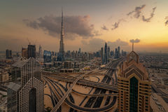 DUBAI-UAE, el 31 de diciembre de 2013: Burj Khalifa Surrounded por Dubai en el centro de la ciudad se eleva en la noche Imagen de archivo libre de regalías