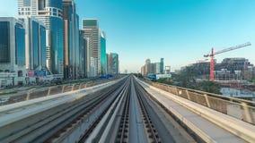 DUBAI, UAE - EM MAIO DE 2017: Viagem do tempo-lapso do POV no sistema elevado driverless do metro do trilho, correndo ao lado do  vídeos de arquivo