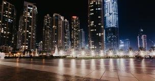 DUBAI, UAE - enero 02,2019: Rascacielos en la noche, Dubai de Burj Khalifa Burj Khalifa es el rascacielos más alto del mundo foto de archivo libre de regalías