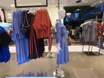 Dubai UAE febrero de 2019 - la ropa para mujer exhibió en venta en la tienda foto de archivo