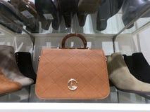 Dubai UAE - febrero de 2019 - monedero, zapato y las correas exhibi? en venta en la tienda imagen de archivo libre de regalías