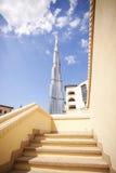 DUBAI, UAE - 24. Februar - Ansicht von Burj Khalifa in einem Abstand und von Treppe im Vordergrund Stockfotografie