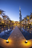 DUBAI UAE - FEBRUARI 24 - aftonsikt av i stadens centrum Dubai med Burj Khalifa i bakgrunden, den mest högväxta byggnaden i värld Arkivfoton