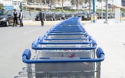 DUBAI UAE - FEBRUARI 13: bagagevagnar utanför flygplats Februari 13, 2016 i Dubai, Förenade Arabemiraten Royaltyfri Fotografi