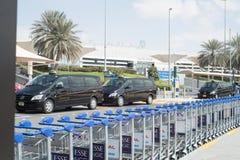 DUBAI UAE - FEBRUARI 13: bagagevagnar utanför flygplats Februari 13, 2016 i Dubai, Förenade Arabemiraten Arkivbilder