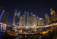 DUBAI UAE - FEBRUARI 28: Dubai marina på skymning Royaltyfria Bilder