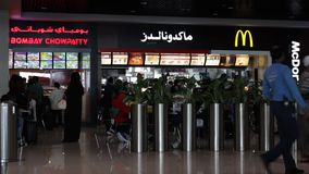 DUBAI UAE - 3 FEBRUARI 2015: Mac Donalds flygplatsdubai international lager videofilmer