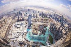 DUBAI UAE - FEBRUARI 24 - sikt av i stadens centrum Dubai från Burj Khalifa, Förenade Arabemiraten Arkivfoton