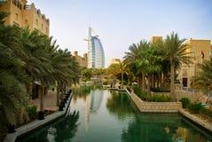 Dubai, UAE. Hotel Burj Al Arab mit arabischer Architektur lizenzfreies stockbild