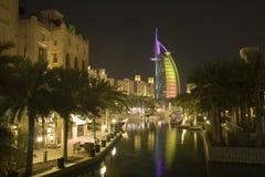 Dubai UAE iluminou colorida o ícone mundialmente famoso de Dubai do hotel de Burj Al Arab fotografia de stock royalty free