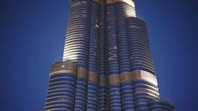 DUBAI, UAE - JANUAR 2018: Burj Khalifa am Abend nach Sonnenuntergang stock video footage