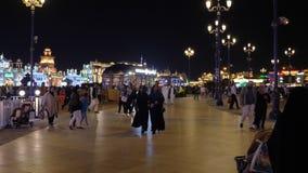 Dubai, UAE - 12. Januar 2018: die arabischen Leute, die auf Nachtunterhaltung gehen, parken globales Dorf in Dubai-Stadt Arabisch stock video