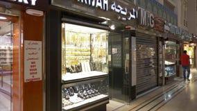 Dubai, UAE - 18. Januar 2018: Frauen, die auf luxuriösem Schaukasten mit Schmuck im kleinen Speicher im goldenen Markt herein sch stock footage