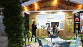 Dubai, UAE - 18. Januar 2018: Straßencafé trinkt vom Zuckerrohr im Wunder-Garten Dubai Kellnerinmädcheneinladung stock video footage