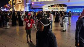 Dubai, UAE - 12. Januar 2018: Werbungsförderer, der an an Nachtvergnügungspark globalem Dorf in Dubai-Stadt UAE arbeitet stock video footage