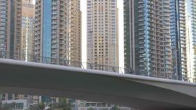 Dubai, UAE - 11. Januar 2018: yacht Segeln entlang Dubai-Kanal unter Straßenbrücke für Autoverkehr auf Hintergrundglas stock video footage