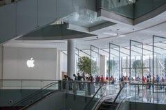 DUBAI UAE - januari 06,2018: Apple lager på den Dubai gallerian i Uen Arkivbild