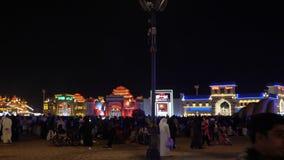 Dubai UAE - Januari 12, 2018: avtala etappen för nattkapaciteter i global by för nöjesfält i den Dubai staden lager videofilmer