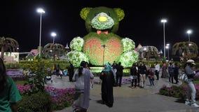 Dubai UAE - Januari 18, 2018: dekorativ skulpturnallebjörn från blommor in i Dubai mirakelträdgård turister stock video
