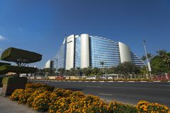 DUBAI UAE - januari 05,2018: Det Jumeirah strandhotellet, i Jumei Royaltyfri Fotografi