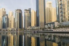 DUBAI UAE - JANUARI 18, 2017: Dubai Marina Marina är populärt r Fotografering för Bildbyråer