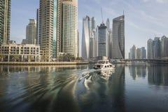 DUBAI UAE - JANUARI 18, 2017: Dubai Marina Marina är populärt r Arkivbilder