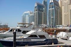 DUBAI UAE - 2018 JANUARI 22: Moderna byggnader i den Dubai marina, Dubai, UAE Royaltyfri Fotografi