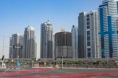 DUBAI UAE - 2018 JANUARI 22: Moderna byggnader i den Dubai marina, Dubai, UAE Arkivfoton