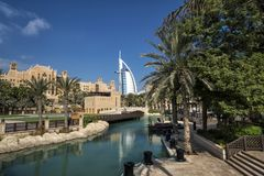 DUBAI UAE - januari 05,2018:: Panoramautsikt av Madinaten Jumei Arkivbild