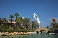 DUBAI UAE - januari 05,2018: Panoramautsikt av Madinaten Jumei Arkivfoto