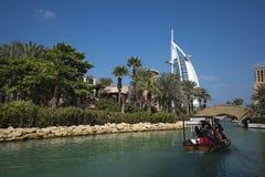 DUBAI UAE - januari 05,2018: Panoramautsikt av Madinaten Jumei Royaltyfri Bild