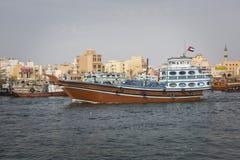 DUBAI UAE - JANUARI 18, 2017: Pir av den traditionella vattentaxien Arkivbild