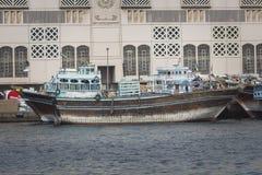 DUBAI UAE - JANUARI 18, 2017: Pir av den traditionella vattentaxien Fotografering för Bildbyråer