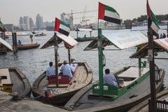 DUBAI UAE - JANUARI 18, 2017: Pir av den traditionella vattentaxien Arkivfoton