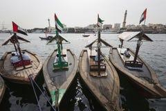 DUBAI UAE - JANUARI 18, 2017: Pir av den traditionella vattentaxien Arkivfoto
