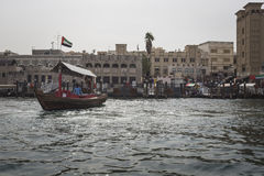 DUBAI UAE - JANUARI 18, 2017: Pir av den traditionella vattentaxien Royaltyfria Bilder