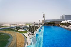 Dubai UAE - Januari 15, 2016: simbassäng för blått vatten på taket av ett modernt hotell i Dubai, UAE Arkivfoto