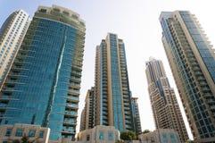 Dubai UAE - Januari 15, 2016: Skyskrapor i centret av Dubai, UAE Moderna skyskrapor i centret Royaltyfria Bilder