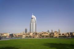 Dubai UAE - Januari 15, 2016: Slotten i stadens centrum Dubai och adresshotellen i stadsmitten på en bakgrund av Royaltyfri Fotografi
