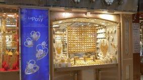 Dubai UAE - Januari 18, 2018: smycken ställer ut i guld- marknad i den Dubai staden UAE Arabisk man som går till det guld- lagret arkivfilmer