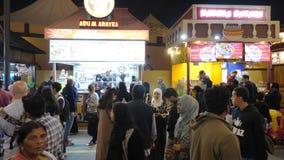Dubai UAE - Januari 12, 2018: snabbmatkafé med nationell kokkonst på aftongatan för att gå folk i munterhet arkivfilmer