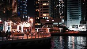 Dubai UAE - Januari 20, 2018 solnedgång för plats för cityscapedubai marina panorama- Folket promenerar promenaden stock video