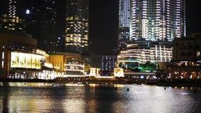 DUBAI UAE - JANUARI 2018: Springbrunn nära Burj Khalifa som är upplyst vid staden stock video