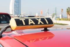 DUBAI UAE - JANUARI 12: Taxi i Dubai väntande på kunder Januari 12, 2015 i Dubai, Förenade Arabemiraten, Jumeirah strandområde Fotografering för Bildbyråer