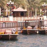 Dubai UAE, januari 29, 2018: Traditionella abras väntar på passagerare på Dubai Creek, Bur Dubai Royaltyfria Bilder