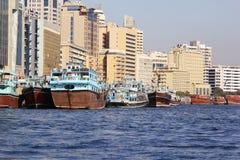 Dubai UAE, januari 29, 2018: Traditionella abras väntar på passagerare på Dubai Creek, Bur Dubai Royaltyfri Bild