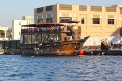 Dubai UAE, januari 29, 2018: Traditionella abras väntar på passagerare på Dubai Creek, Bur Dubai Royaltyfri Foto