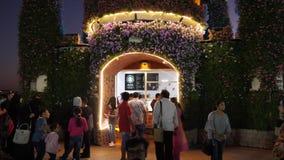 Dubai UAE - Januari 18, 2018: turistfolk som dricker kaffe i det Starbucks kafét med blom- design i mirakelträdgård arkivfilmer