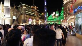Dubai UAE - Januari 12, 2018: turistfolket som vilar på nattunderhållning, parkerar den globala byn i den Dubai staden arkivfilmer